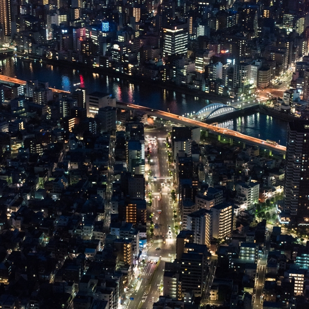 Merging lights: city avenues and reflections on Sumeda river